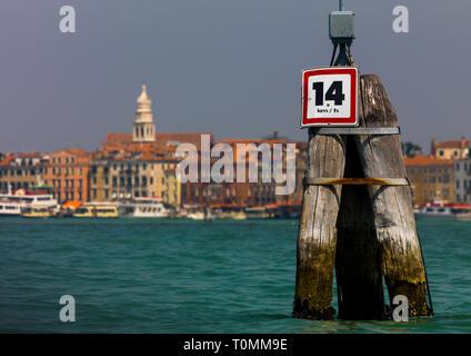 Límite de velocidad en el gran canal, la región de Veneto, Venecia, Italia Imagen De Stock