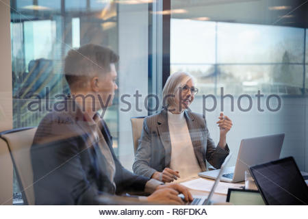 La empresaria hablando en la sala reunión Imagen De Stock