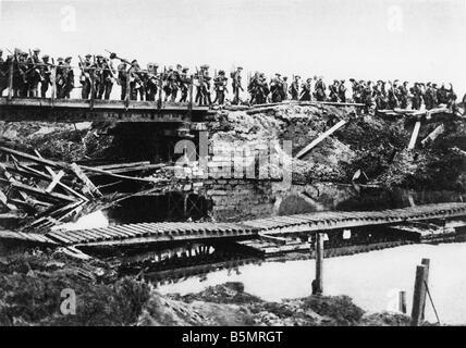 9 1917 8 5 A1 E Las tropas inglesas pasar Ypres Canal 1917 Primera Guerra Mundial 1914 18 frente occidental batalla Imagen De Stock