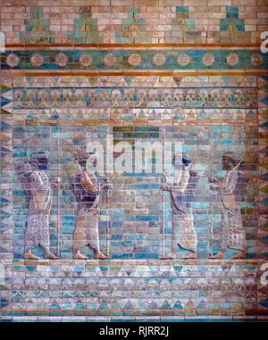 Detalle de un friso representando arqueros. Desde el palacio aqueménida de Darío I en Susa, Irán. 510 BC. El Imperio aqueménida (550-330 a.C.), también llamado el Primer Imperio Persa, era un imperio basado en Asia occidental, fundada por Ciro el Grande. Imagen De Stock