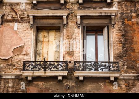 Ángulo de visión baja de un balcón de un edificio, Venecia, Véneto, Italia Imagen De Stock