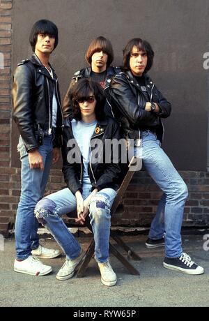 Los miembros de la banda estadounidense de rock Les Ramones después del disparo de la televisión alemana Musikladen. De izquierda a derecha: Dee Dee Dee Ramone, Joey Ramone, Johnny Ramone, Marky Ramone. Bremen, 10 de septiembre de 1978 Imagen De Stock