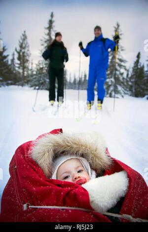 Pareja esquiando con el bebé Imagen De Stock