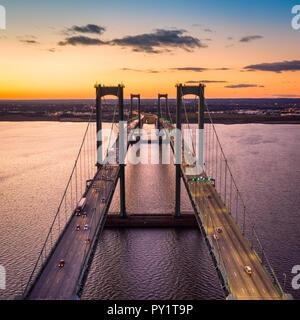 Vista aérea de Delaware Memorial Bridge al anochecer. Imagen De Stock