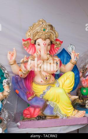 SSK - 35205 Un perfil de un ídolo de un elefante encabezada dios hindú señor Ganesh con un bonito diseño del casco y una flauta en los dedos mantenidos para la venta durante el festival Ganpati Pune, Maharashtra, India Asia el 29 de agosto de 2014 Imagen De Stock