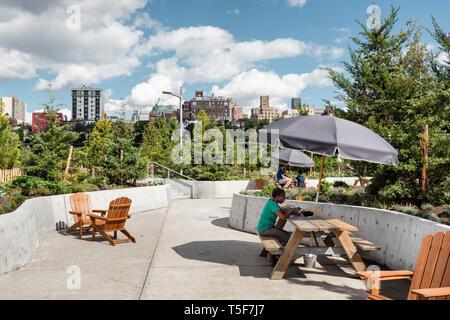 Muebles, mesas de picnic y sillas Adirondack agrupados para crear zonas de asientos. Puente de Brooklyn Park Pier 3, Brooklyn, Estados Unidos. Arquitecto: Micha Imagen De Stock