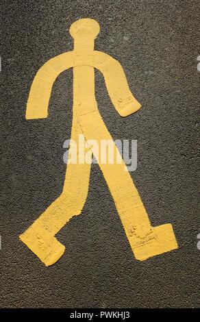 Pintadas en amarillo en la figura del hombre en la superficie de la carretera de asfalto Imagen De Stock