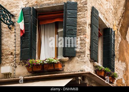 Ángulo de visión baja de una ventana de verificación, Venecia, Véneto, Italia Imagen De Stock