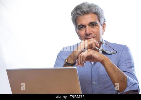Retrato de altos hombre sentado con portátil Imagen De Stock