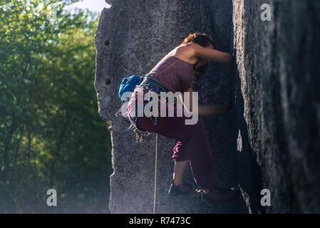 Las hembras jóvenes de escalador escalada cara, longitud completa, vista lateral, humo Bluffs, Squamish, British Columbia, Canadá Imagen De Stock
