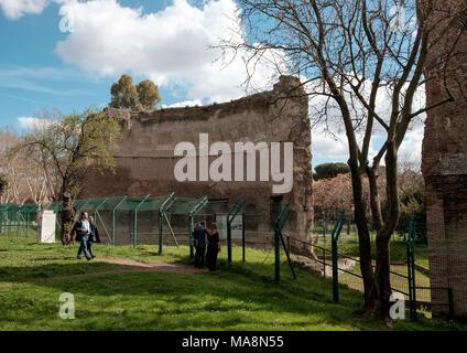 Los restos de los baños de Trajano en el Parco del Colle Oppio, Roma Imagen De Stock