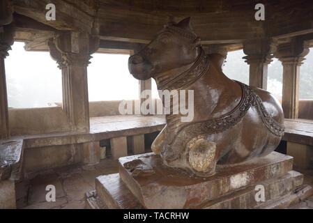 SSK - 893 un pabellón de Nandi enfrente del templo Visvanath Khajuraho, Madhya Pradesh, India Asia el 16 de diciembre de 2014 Imagen De Stock