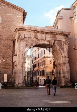 El Arco di Gallieno, Arco de Gallienus, Roma se está desmoronando, pero añadió fortalecer lo mantiene erecto. Marcando el inicio de las antiguas vías romanas de vi Imagen De Stock