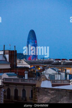 En una ciudad de torre, la Torre Agbar, Barcelona, Cataluña, España Imagen De Stock