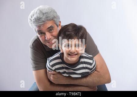 Abuelo abrazando a su nieto Imagen De Stock