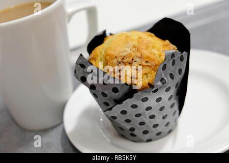 Blueberry muffin y taza de café Imagen De Stock