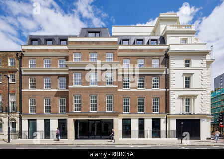 Elevación frontal iluminado cruzando la calle. 8 Bloomsbury, Londres, Reino Unido. Arquitecto: Buckley gris Yeoman, 2017. Imagen De Stock