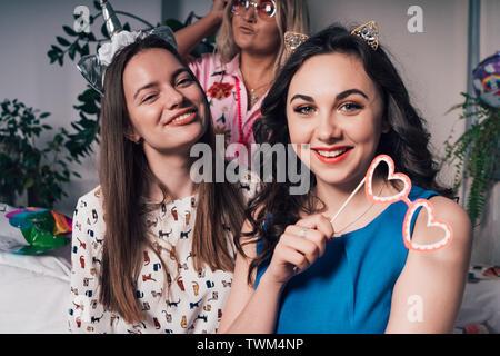 Las mujeres del partido en casa. Hen-partido. Hermosas chicas brillantes posar para fotos en funny parte accesorios Imagen De Stock