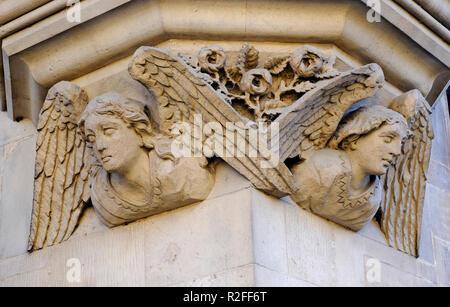 Tallados en piedra ángeles en edificio de piedra exterior, Universidad de Cambridge, Inglaterra Imagen De Stock