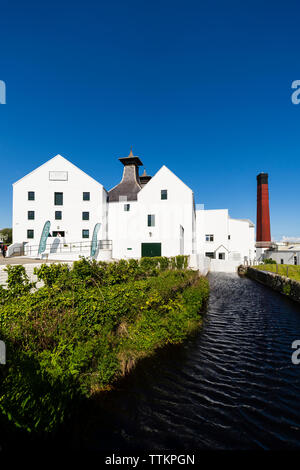 Vista de Lagavulin Distillery en la isla de Islay en Inner Hebrides de Escocia, Reino Unido Imagen De Stock
