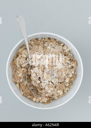 Muesli en recipiente sobre fondo gris pálido Imagen De Stock
