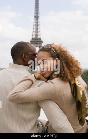 Vista trasera de la pareja africana abrazos Imagen De Stock