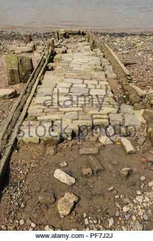 Antiguo embarcadero de piedra desmoronándose en el río Támesis en Londres, Inglaterra Imagen De Stock