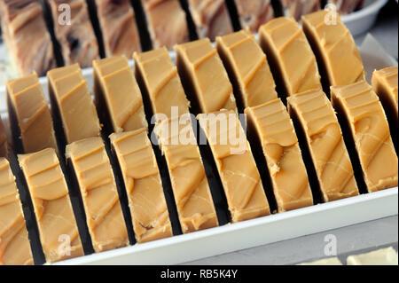Rebanadas de estilo caramelo salado fudge en escaparate Imagen De Stock