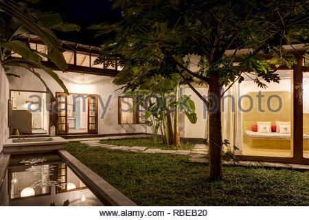 Dormitorios con jardín en el patio. Jalakara Villa Hotel, Islas Andamán y Nicoar, India. Arquitecto: Ajith Andagere, 2016. Imagen De Stock