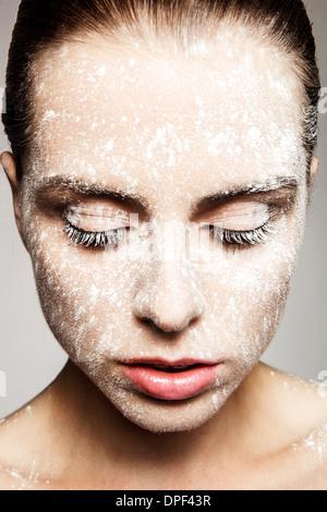 Modelo con polvo en la cara Imagen De Stock