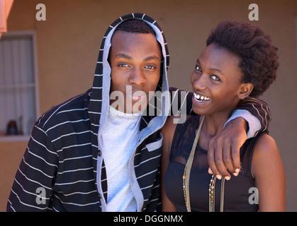 Hermano y hermana de Rwanda sonriendo ante la cámara. Imagen De Stock