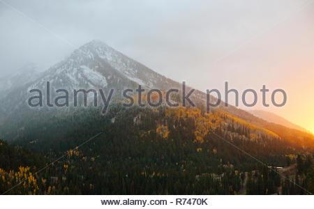 Primeras nieves en otoño en Big Cottonwood Canyon al atardecer, Salt Lake City, Utah, EE.UU. Imagen De Stock