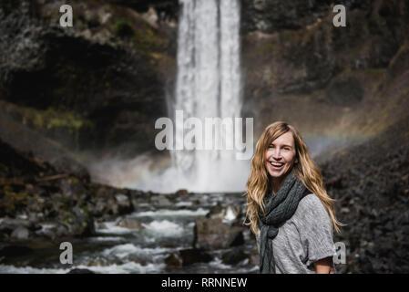 Retrato mujer sonriente, seguro de senderismo a lo largo de la cascada, Whistler, British Columbia, Canadá Imagen De Stock