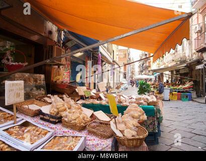 Las tiendas de Via Sopramuro - el mercado alimentario calles cerca de Porta Nolana, Nápoles Imagen De Stock