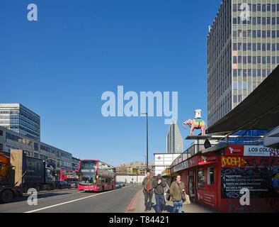 Vista a lo largo de la fachada oeste con calle. Elephant and Castle Shopping Centre, Londres, Reino Unido. Arquitecto: Boissevain y Osmond, 1965. Imagen De Stock