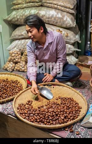 Vietnam, provincia de Lao Cai, Sa Pa ciudad, vendedor de castañas Imagen De Stock