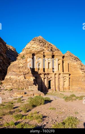 Jordania, Gobernación de Ma'an, Petra. Sitio de Patrimonio Mundial de la UNESCO. El Monasterio Ad-Deir, tallada en piedra arenisca en la ladera del acantilado. Imagen De Stock