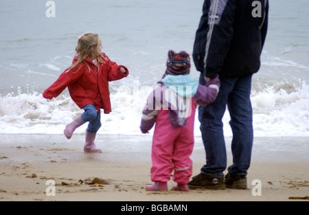 Fotografía de la unidad familiar junto una playa segura Safe Kids papá UK Imagen De Stock