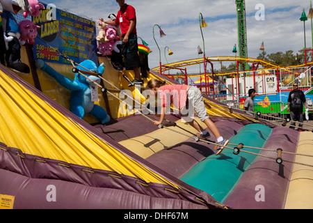 Niña subiendo una escalera de cuerda en State Fair. Imagen De Stock