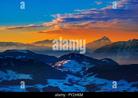 Estación de esquí Wilder Kaiser. Impresionante puesta de sol sobre los alpes. Imagen De Stock