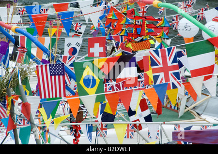 Banderas y banderines en botes en el Festival del Río en Maidstone, Kent, UK Julio de 2008 Imagen De Stock