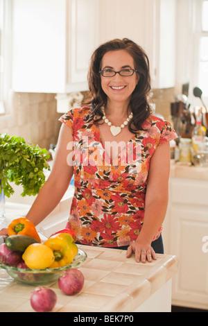 Retrato de una mujer adulta media sonriente en una cocina Imagen De Stock
