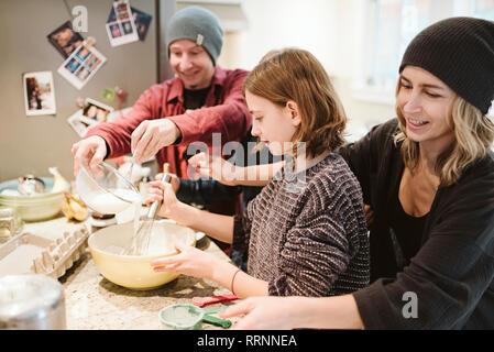 La familia en la cocina para hornear Imagen De Stock