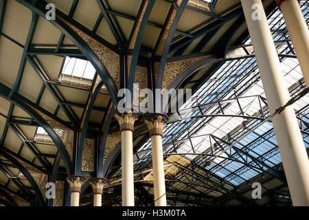 Las columnas y el techo abovedado sobre los andenes de la estación de Liverpool Street, Londres Imagen De Stock