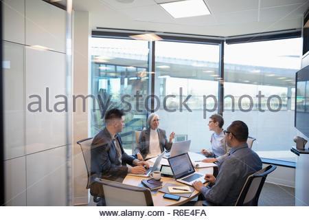 Personas hablando de negocios en la sala reunión Imagen De Stock
