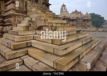 SSK - 440 bellamente y exquisitamente ordenados antiguo templo denominado Jagdamba templo dedicado a la diosa hindú Jagdamba con esculturas de surasundaris o bellezas celestiales y los dioses y goddessses y tallados con pasos de Kandariya Mahadev templo en primer plano Khajuraho, Madhya Pradesh, India Asia el 13 de diciembre de 2014 Imagen De Stock