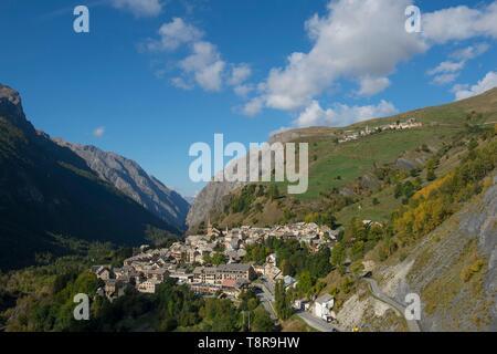 Francia, Hautes Alpes, la enorme tumba de Oisans, vista general de la aldea y las gargantas de Romanche Imagen De Stock