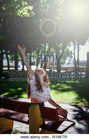 Una mujer contraer una burbuja gigante en el parque Imagen De Stock