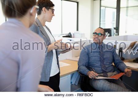 Los empresarios reunidos en armario de oficina Imagen De Stock