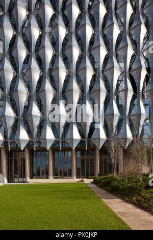 Vista exterior de la fachada con sobres detalle, la embajada americana en nueve Elms, Londres, Reino Unido. Imagen De Stock